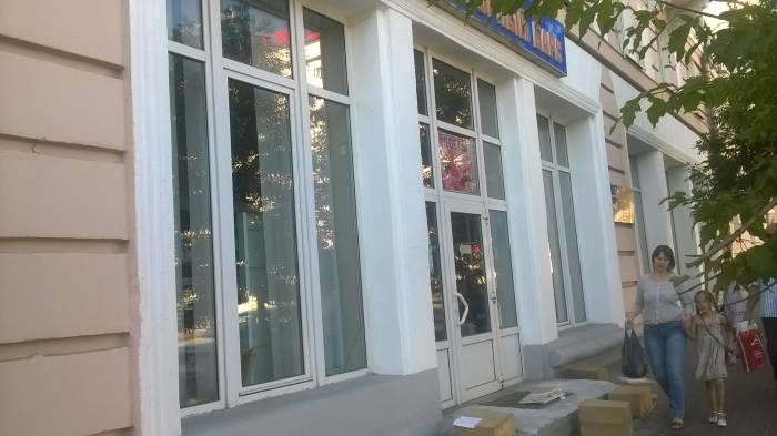 "Коробки у магазина ""Мраморный барс"". Фото Анастасии Вереск"