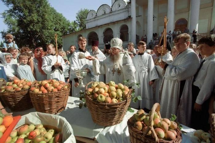 Во всех храмах на Яблочный Спас можно освятить яблоки. Фото moscvichka.ru
