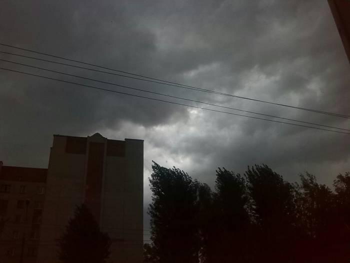 Пользователи соцсетей активно делятся фотками темного неба. Источник фото: соцсети