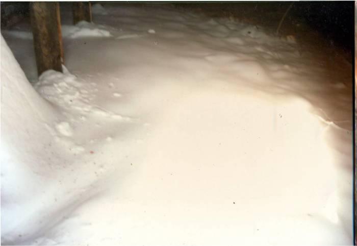 Пока крыша стояла открытой, общее чердачное помещение заваливало снегом. Фото из личного архива Зинаиды Шиманской
