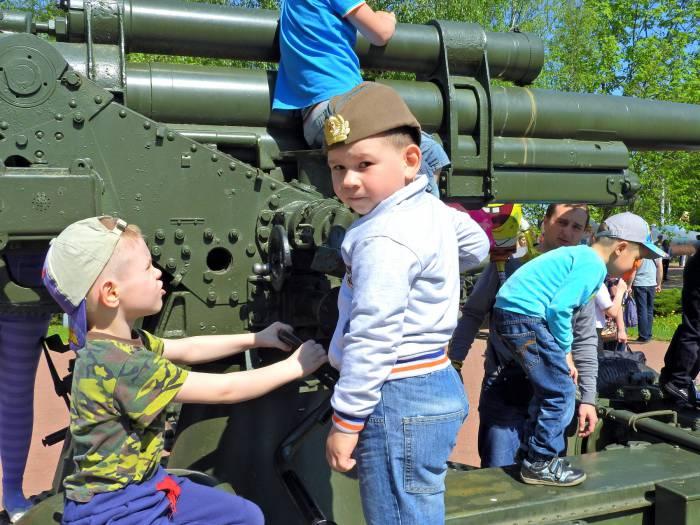 А вы хотели бы, чтобы ваши дети играли с танками? Фото Светланы Васильевой