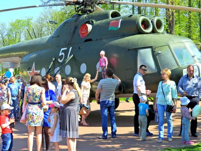 Фото на фоне танка. Фото Светланы Васильевой