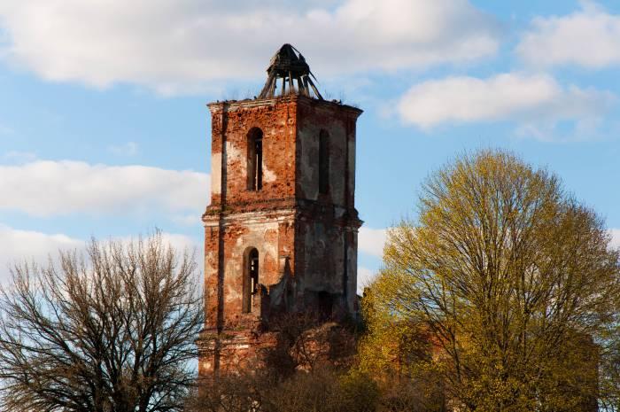 К западной стене храма была пристроена трехъярусная четвериковая колокольня с несколькими убывающими по размеру ярусами. Фото Анастасии Вереск