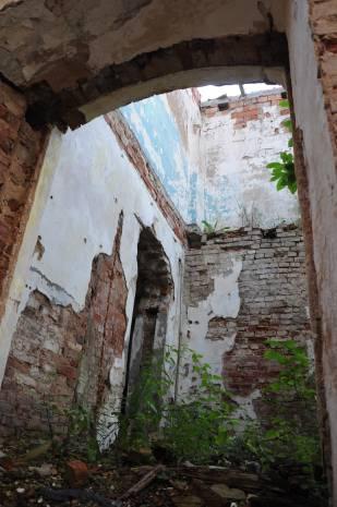 Часть хозяйственных построек разобрали местные жители. Фото Анастасии Вереск