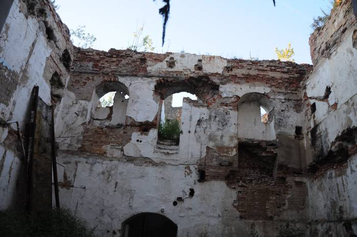 Внутри царят запустение и разруха. Фото Анастасии Вереск