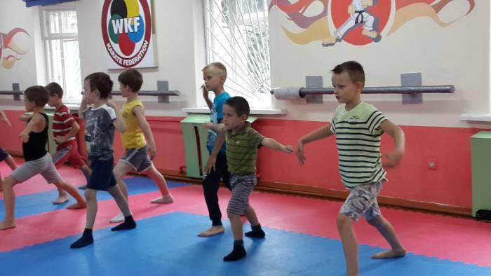 Мальчишки с удовольствием занимаются карате. Фото: соцсети