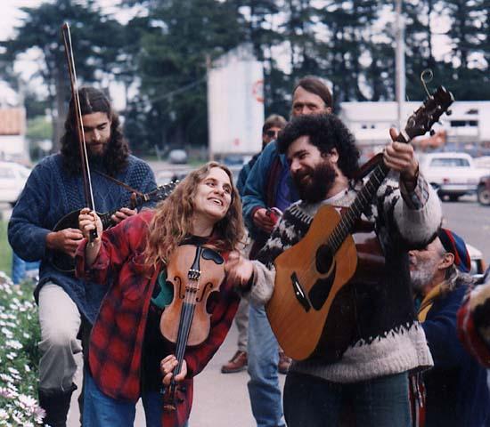 Джуди Бари и Дэррил Черни играют на музыкальных инструментах возле калифорнийского отделения офиса лесного хозяйства. Джуди Бари верила, что музыка может стать одним из эффективных способов ненасильственного протеста. Фото Alicia Littletree Bales