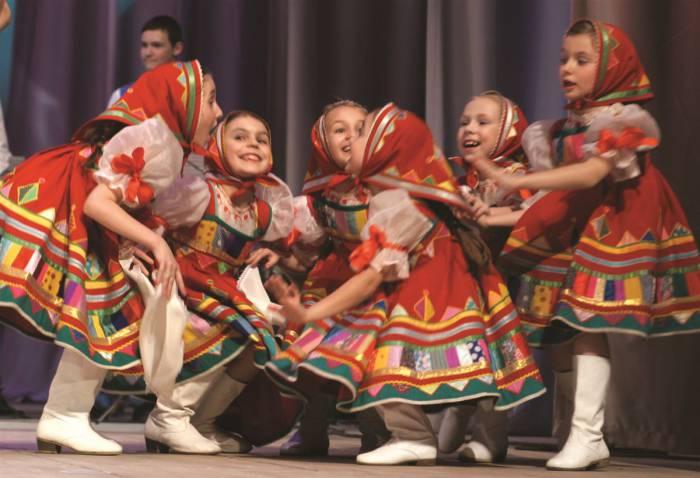 Родители всегда с умилением наблюдают за танцующими на сцене малышами. Фото vizitmonako.com