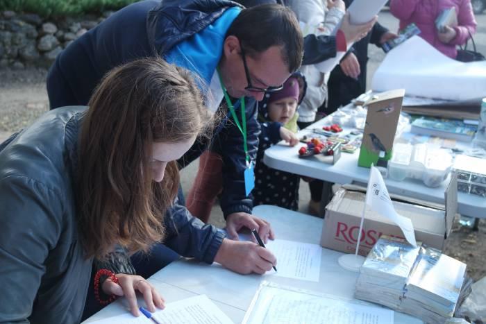 Директор визит-центра Ельня Иван Борок и жительница Миор пишут петицию президенту Ливана.Фото Александры Мирной