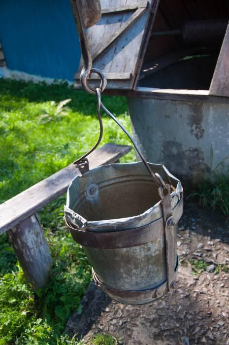 Народные умельцы делали простые, но необходимые в хозяйстве вещи. Такие как, например, это окованое ведро. Фото Анастасии Вереск