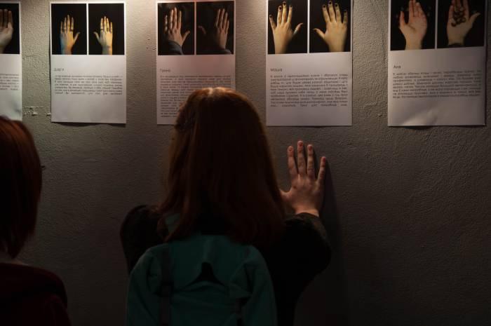 Фотопроект «Холсты и кисти» помогает увидеть человека, его историю, даже за малым, например, показав зрителю только кисти рук. Фото Анастасии Вереск