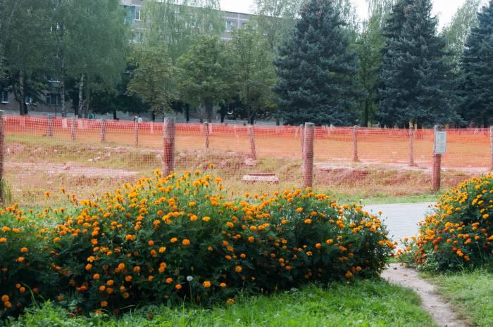 Пока что территория будущего фонтана обнесена сеткой, которая, регулярно обновляется. Фото Анастасии Вереск