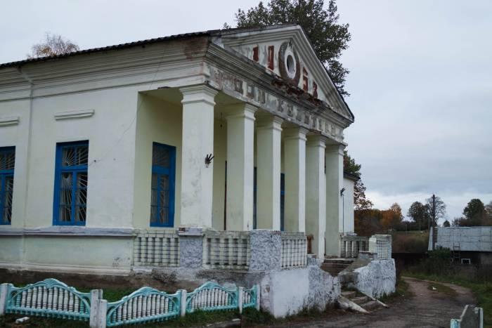 Другая часть усадьбы занята клубом, магазином и кафе. Фото Анастасии Вереск