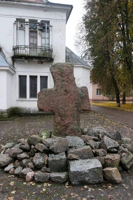 Каменный крест на входе в здание бывшей усадьбы. Фото Анастасии Вереск