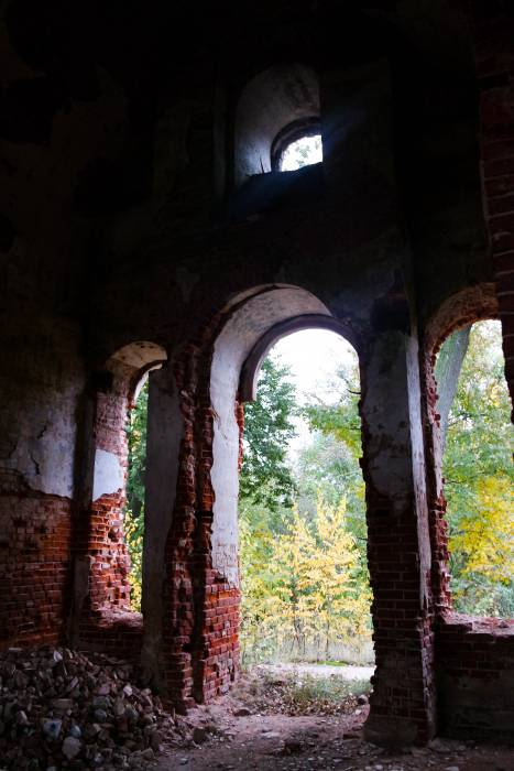 Внутри разрушенной церкви. Фото Анастасии Вереск