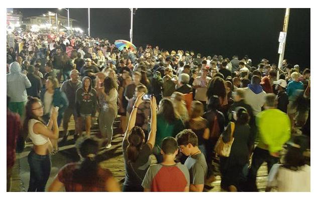 Все эти люди собрались в парке, чтобы словить покемона. Источник wordpress.com