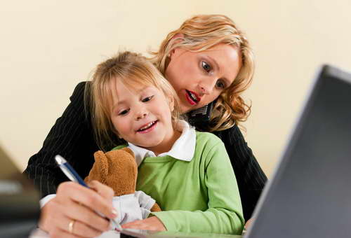 Многие работодатели отказывают в работе женщинам с детьми. Фото daily-help.com