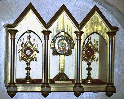 В металлической раке хранится частица мощей святой Софии. Фото cirota.ru