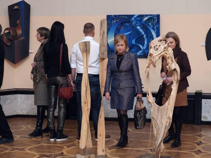 посетители выставки «Ритмы и рифмы времени».