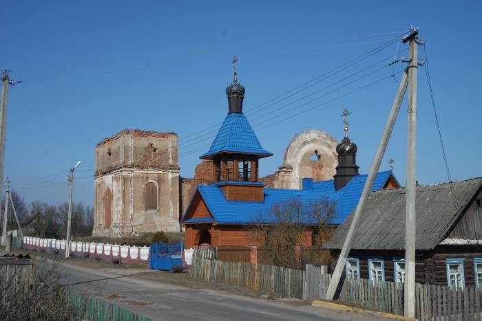 Храм в честь Успения Пресвятой Богородицы рядом с руинами старой церкви в деревне Холопеничи. Фото Анастасии Вереск
