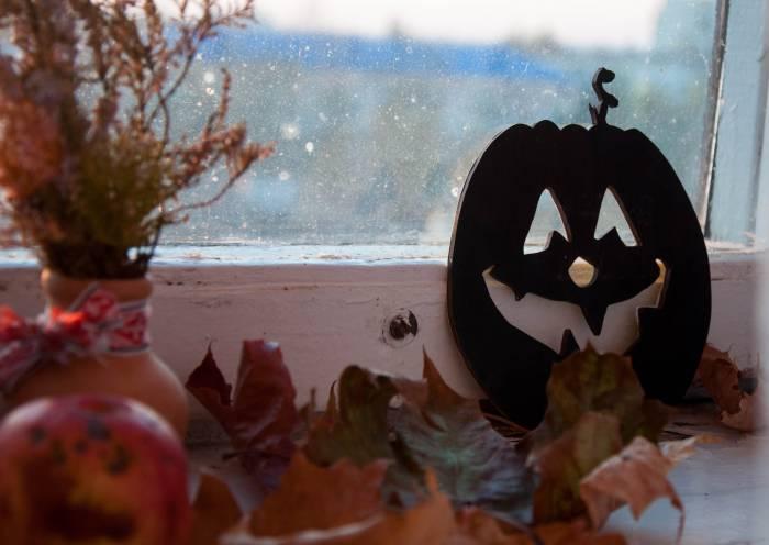 Вместо скатерти на столе хорошо будут смотреться сухие листья, они придадут атмосферу запустения и разрухи. Фото Анастасии Вереск