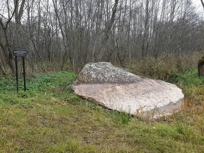 """Чертов камень"" в Сенненском районе. Фото bewikipedia.org"
