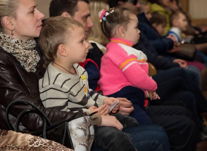 зритель в филармонии на детском спектакле