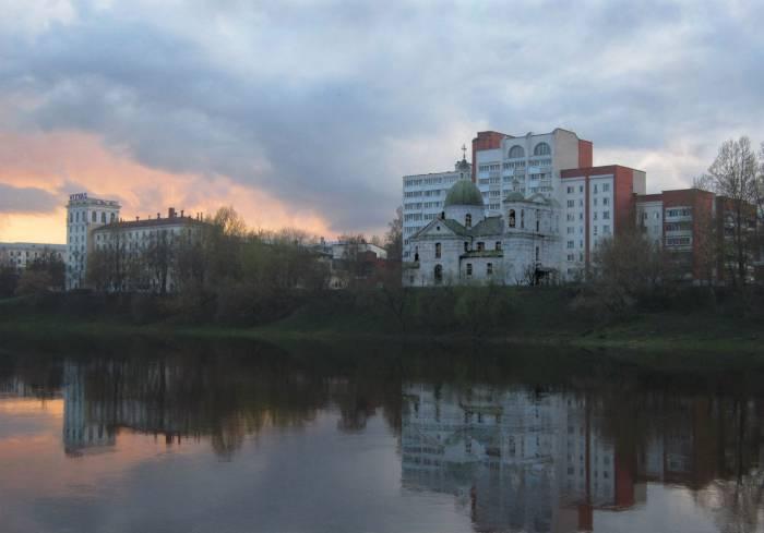 Богоявленская церковь на берегу Двины. Фотопроекция Виктора Борисенкова