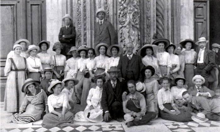 Слушательницы и преподаватели Бестужевских курсов.