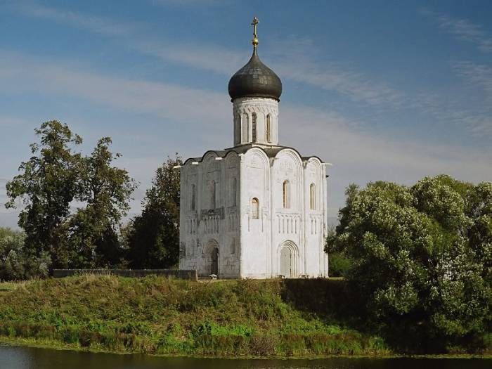 Храм Покрова на Нерли был построен в 1165 году. Фото hramy.ru