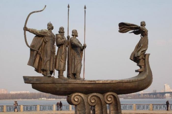 Памятник легендарным основателям города в Киеве. Фото kievbum.com