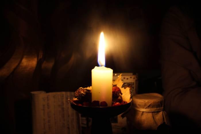 Свечи создадут таинственную и романтичную атмосферу. Фото Анастасии Вереск
