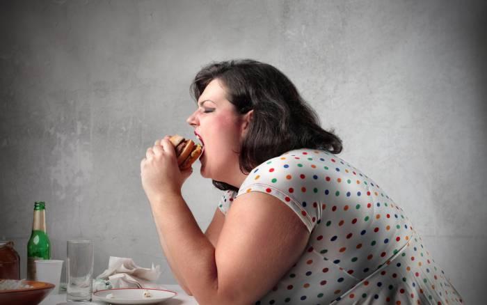 Женщина много еды, лишний вес