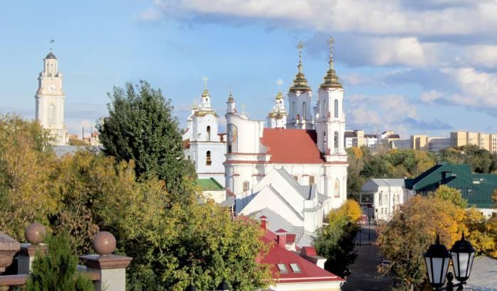 Костел святого Антония отлично вписывается в современную панораму города. Фотопроекция Виктора Борисенкова