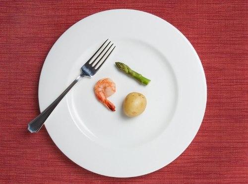 Чтобы похудеть, многие девушки практически полностью отказываются от еды. Фото comode.kz