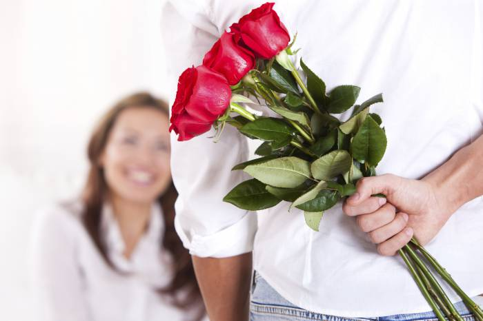 мужчина с розами