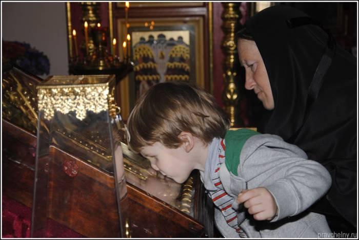 У иконы святого Николая всегда очень много верующих. Фото pravchelny.ru