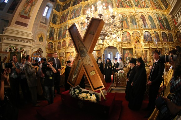 Многие верующие хотят поклониться кресту апостола Андрея Первозванного. Фото klin-demianovo.ru
