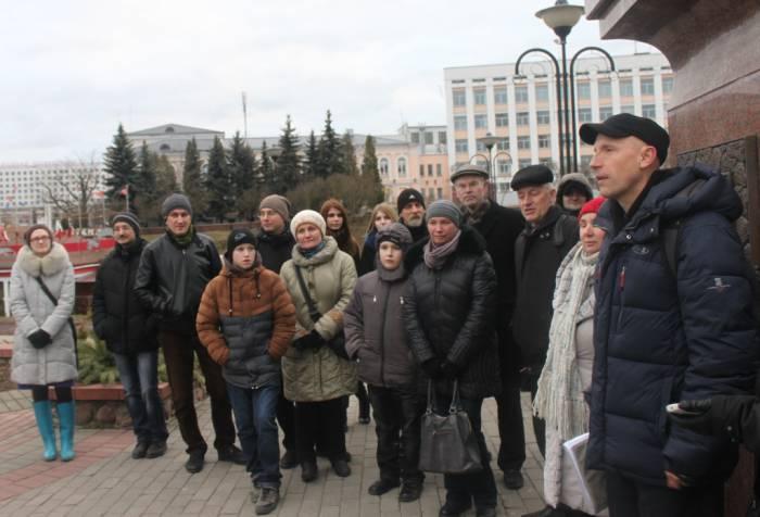 Экскурсию по городу в рамках празднования годовщины Магдебургского права провел Николай Пивовар. Фото Саши Май