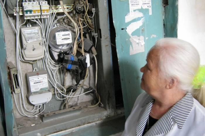 Откуда пенсионерка может знать, как и что должно правильно располагаться в электрощитке? Фото nakhodka-city.ru