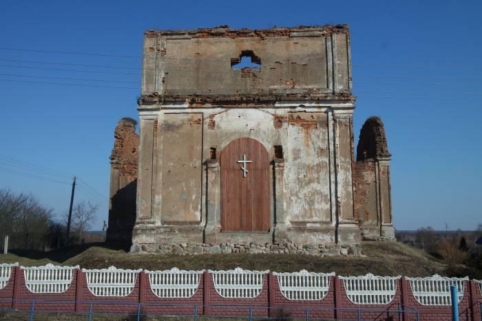 Трудно передать впечатление, которое производят руины Успенской церкви в Холопеничах со своими массивными высокими воротами. Фото Анастасии Вереск