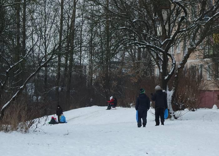 Обычные санки и ледянки можно встретить на витебских горках чаще всего. Фото Анастасии Вереск