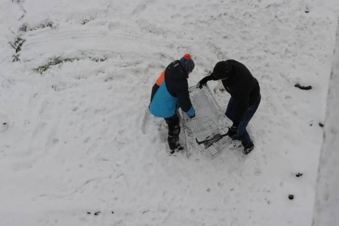 Наигравшись с тележкой, дети выбросили ее в реку. Фото Дмитрия Довгулевича