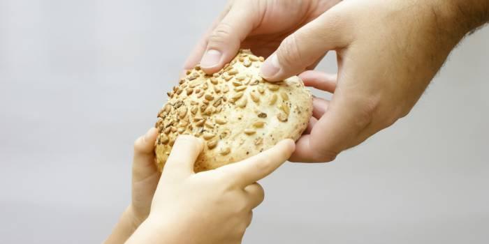 В этот день принято угощать детей сладостями, а нищим - подавать милостыню. Фото incolors.com