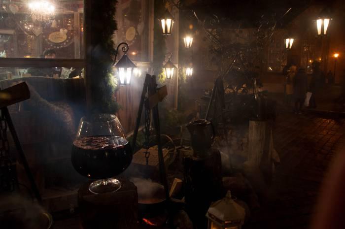 Ходить по Риге с алкогольным зимним напитком не возбраняется. Фото Анастасии Вереск