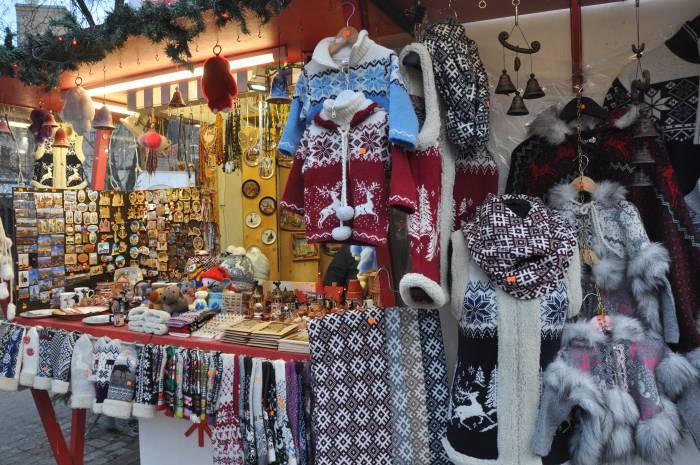 Ярмарка тоже отличное место для покупки подарков, некоторые вещи здесь обойдутся дешевле, чем в сувенирных магазинах. Купленные здесь вещи помогут создать атмосферу теплого зимнего прадника. Фото Анастасии Вереск