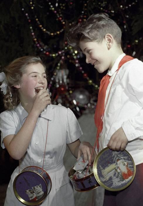 В 60-е годы подарочные коробки часто украшали изображения Белки и Стрелки. Фото tiina.livejournal.com
