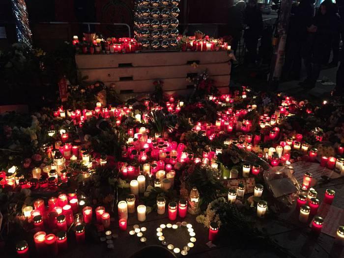 Свечи на месте теракта в память о погибших, 20 декабря 2016. Фото EuroBill