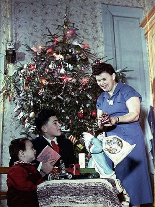 Знаменитый фотограф Эммануил Евзерихин в 1954 году запечатлел свою семью у елки. Фото fototelegraf.ru
