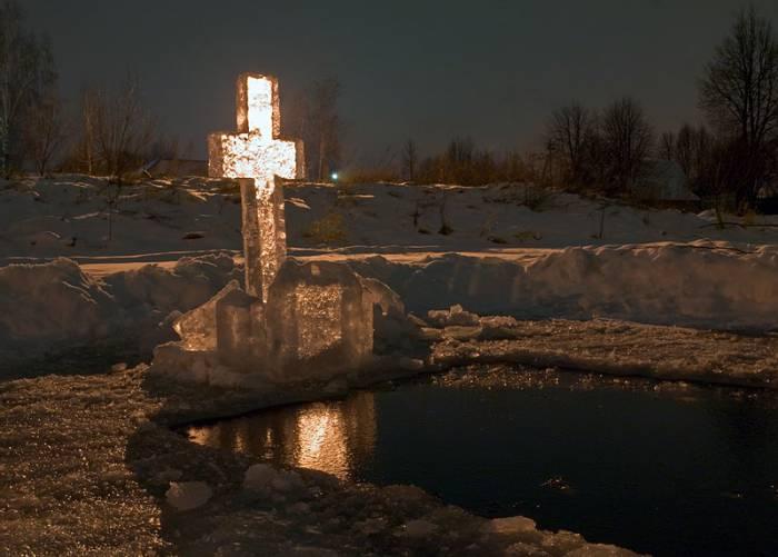 Прорубь в виде креста. Фото photosight.ru